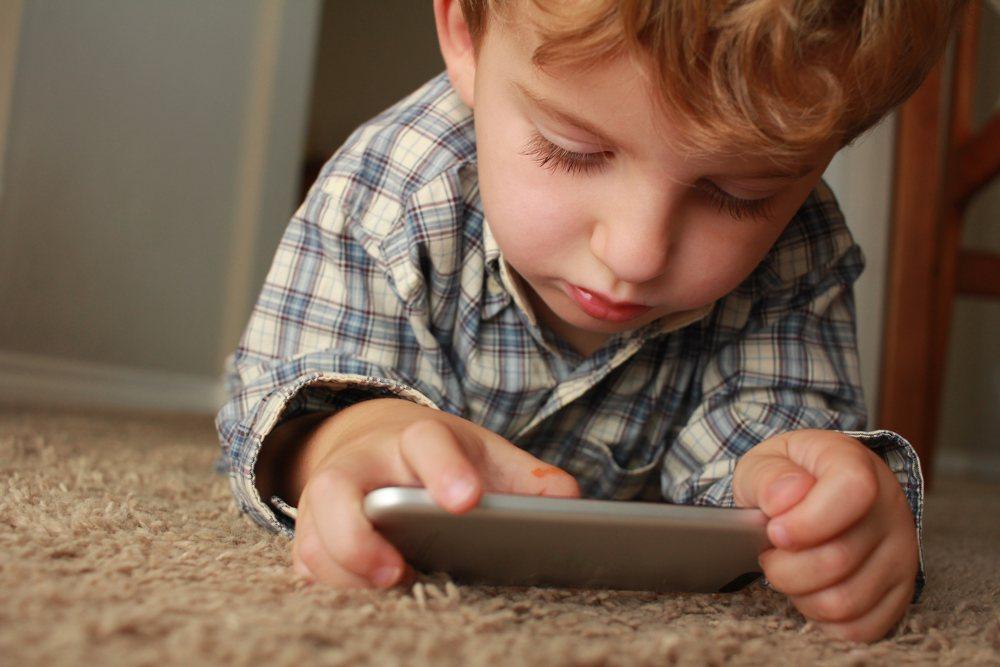 Beratung Karlsruhe - Kind mit Smartphone